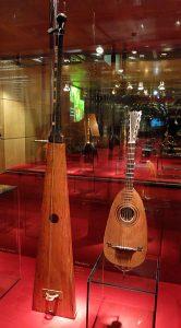 図2:トロンバ・マリーナ(バルセロナ音楽博物館蔵、右は guitarra moresca ムーア人のギター)